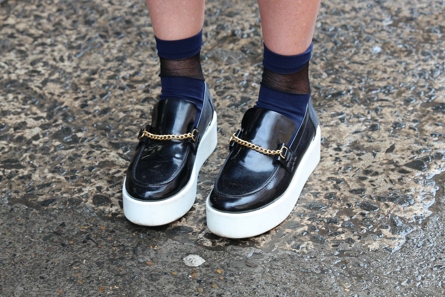AMANDA SHADFORTH IN BLACK SHOES WITH CHAIN DETAIL